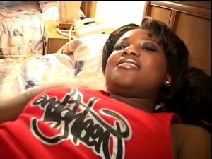 Tlustá černoška ví co jí dělá dobře