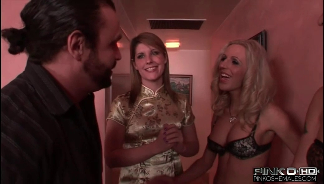 Blonďatá Shemale si užije sexu