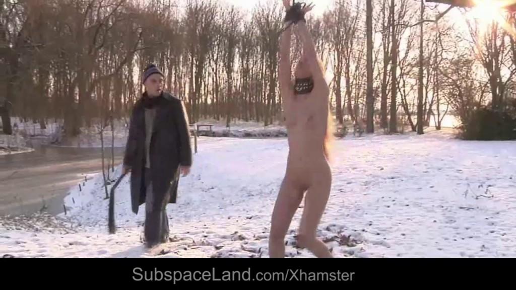Nechá ji mrznout venku v zimě