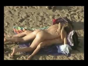 Nahé holky se slunní na pláži