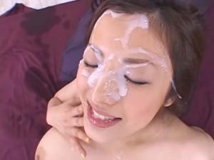 Pocáká jí celý obličej